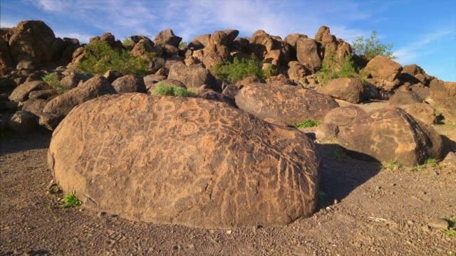 native american painted rock petroglyph site in arizona - archäologie stock-videos und b-roll-filmmaterial