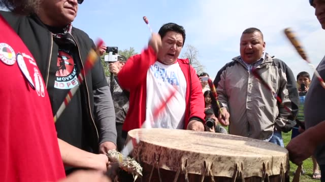 stockvideo's en b-roll-footage met ms native american women participate in a traditional opening ceremony during the protest members of the cowboy and indian alliance including native... - recreatief paardrijden