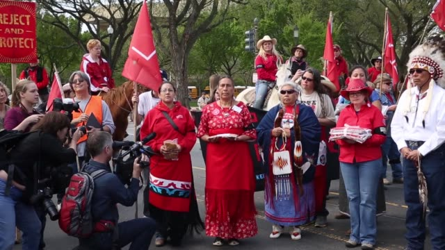 stockvideo's en b-roll-footage met ws native american women participate in a traditional opening ceremony during the protest members of the cowboy and indian alliance including native... - recreatief paardrijden