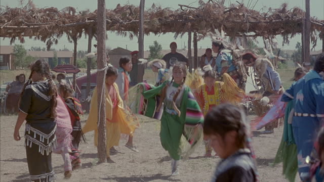 native americans perform ritual dances in traditional dress at a pow-wow in south dakota. - indianischer abstammung stock-videos und b-roll-filmmaterial