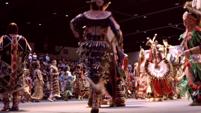 vídeos de stock e filmes b-roll de native americans show off their dancing and singing skills through traditional competition at annual indio powwow / indio, california, usa - índio americano