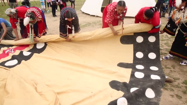 stockvideo's en b-roll-footage met ms native americans work to erect a ceremonial tepee on the national mall during the protest members of the cowboy and indian alliance including... - recreatief paardrijden