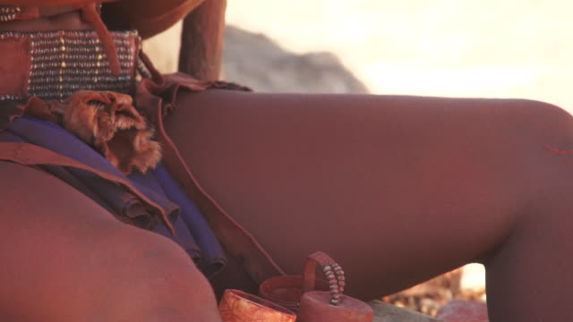 vídeos de stock, filmes e b-roll de cu tu td native himba woman using dried dung powder on body / himba, kunene, namibia - seio