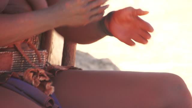 stockvideo's en b-roll-footage met cu tu native himba woman using dried dung powder on body / himba, kunene, namibia - wiese