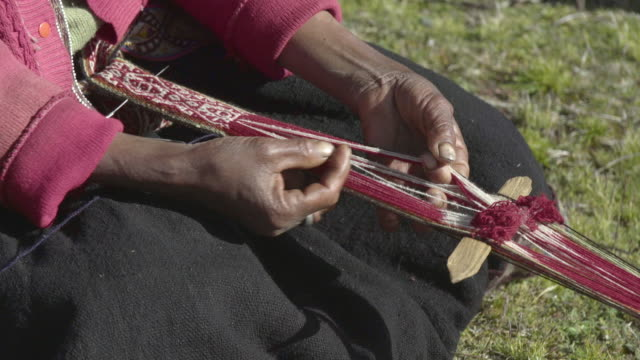 vidéos et rushes de native incan woman weaving traditional clothing - tisser