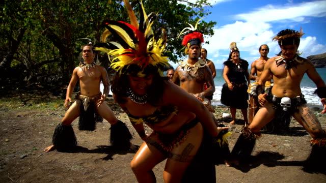 native marquesan group performing bird dance marquesas pacific - polynesiskt ursprung bildbanksvideor och videomaterial från bakom kulisserna