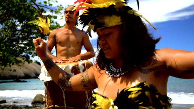 native marquesan group performing bird dance marquesas pacific - polinesiano video stock e b–roll