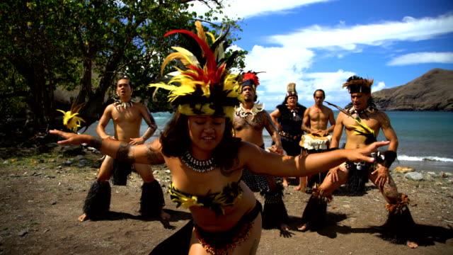 vídeos de stock e filmes b-roll de native marquesan group performing bird dance marquesas pacific - territórios ultramarinos franceses