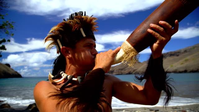 native marquesan males performing traditional clothing nuku hiva - polinesiano video stock e b–roll