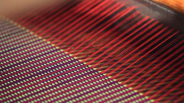 stockvideo's en b-roll-footage met native silk weaving - weefgetouw