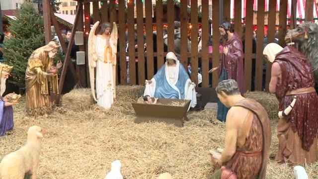 nativity scene at daley plaza on november 30, 2013 in chicago, illinois - キリスト降誕点の映像素材/bロール