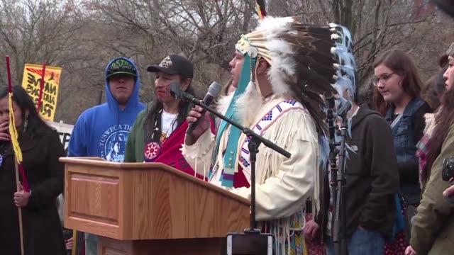 vídeos y material grabado en eventos de stock de nativos estadounidenses realizaron el viernes una marcha hacia la casa blanca en protesta contra la construccion de un controversial oleoducto que... - llevar