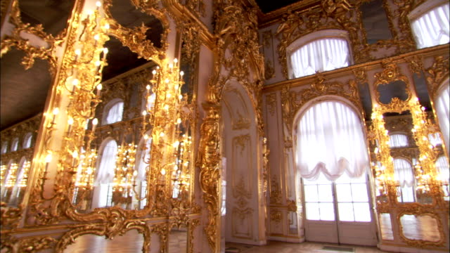 vidéos et rushes de natural and artificial light from windows and sconces reflect on the parquet floor of the great hall in catherine palace. - parquet