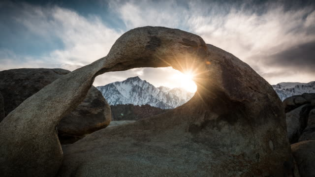 vídeos de stock e filmes b-roll de time lapse: natural arch mobius arch at alabama hills - arco caraterística arquitetural