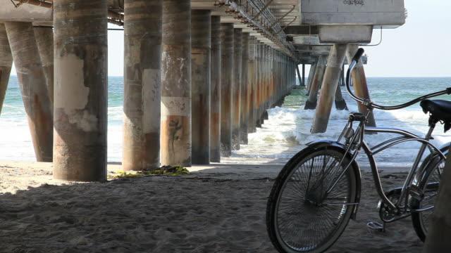 hd :自然の美しさ-男性、自転車、ピア、ウェイブズ、ビーチ、海岸 - カリフォルニア州 ベニス点の映像素材/bロール
