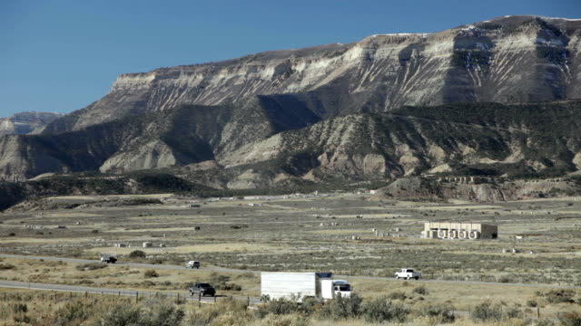 stockvideo's en b-roll-footage met aardgas aardolie olievelden interstate 70 rifle, colorado - schalie