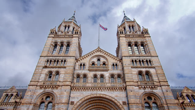 stockvideo's en b-roll-footage met natural history museum. low angle. mysterious dramatic sky - international landmark