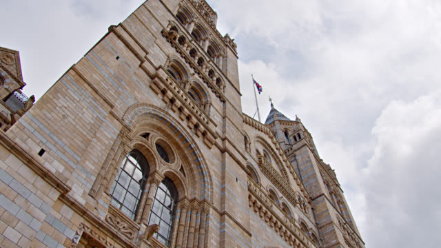 natural history museum. low angle. national landmark - 各国の観光地点の映像素材/bロール
