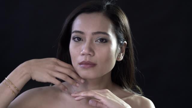a natural malaysian woman - achtsamkeit persönlichkeitseigenschaft stock-videos und b-roll-filmmaterial