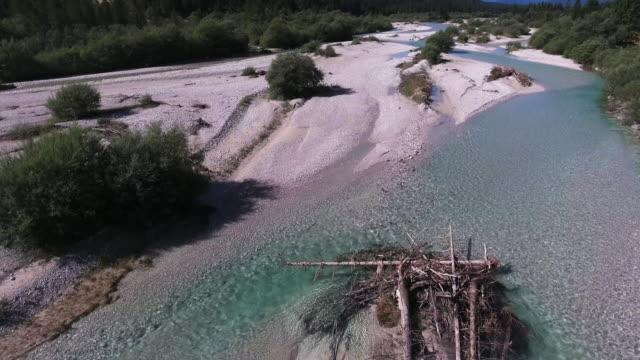 vídeos de stock, filmes e b-roll de viaduto rio de montanha natural - ponto de vista de câmera