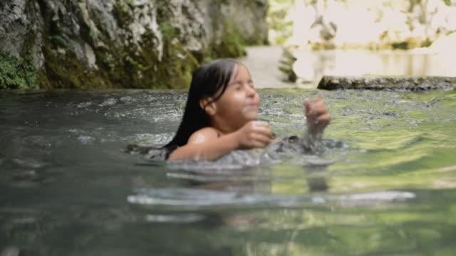 vídeos de stock e filmes b-roll de natural pool swimming - pequeno lago