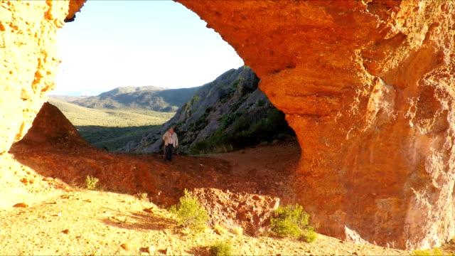 arco naturale di arenaria, piccolo karoo, oudtshoorn, sud africa - karoo video stock e b–roll