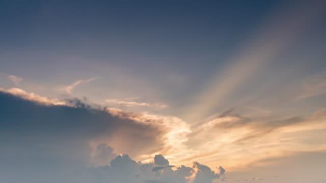 vídeos y material grabado en eventos de stock de nubes escénicas naturales en movimiento puesta de sol 4k lapso de tiempo. - cumulonimbo