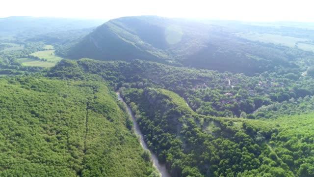 自然と雲景。ドローン:山の丘の上の航空写真、明るい晴れた日の視点。 - レリーフ点の映像素材/bロール