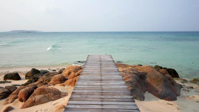 Fundo de natureza de Ponte de madeira no mar praia no Verão, 4 k (UHD