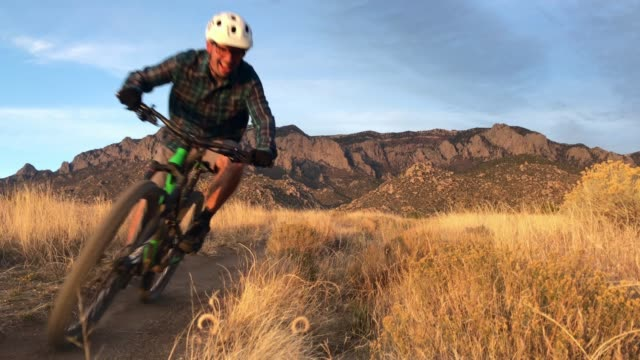 stockvideo's en b-roll-footage met natuur inspiratie man mountainbiken - southwest usa
