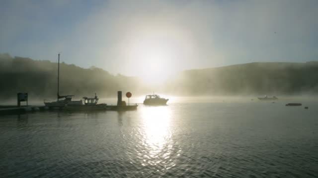 vídeos de stock, filmes e b-roll de natureza, misty rio nascer do sol na - parélio