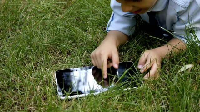 stockvideo's en b-roll-footage met nature tablet and child - elektronische organiser