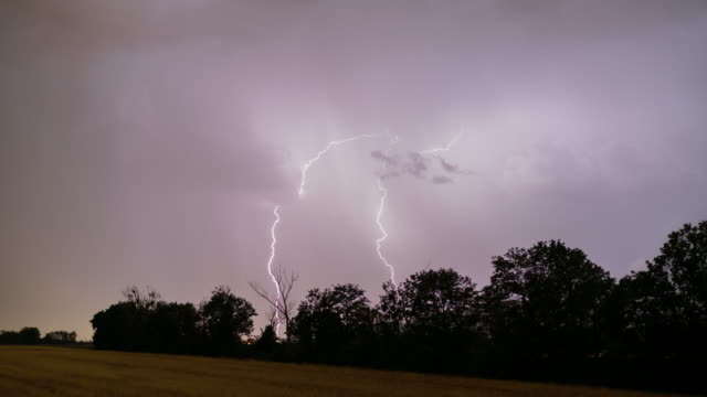 4k nature/wildlife/weather, bright thunderstorm loopble - lightning stock videos & royalty-free footage