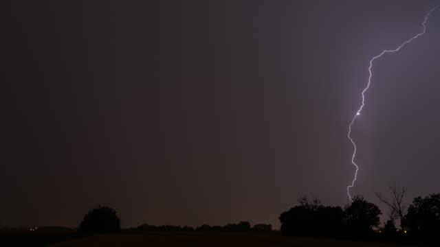 vídeos de stock, filmes e b-roll de 4k nature/wildlife/weather, thunderstorm loopable open field - relâmpago