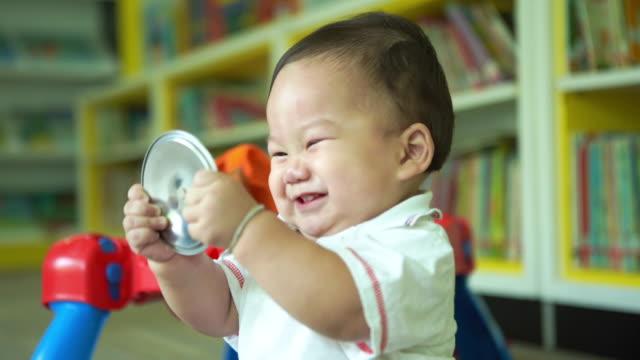 freches kind spielen spielzeug, junge - ein männliches baby allein stock-videos und b-roll-filmmaterial