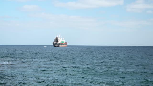テネリフェ島の山岳海岸線近くの航海船 - nautical vessel点の映像素材/bロール