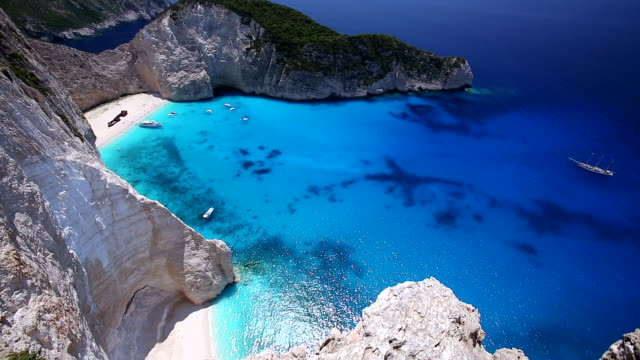 vídeos de stock, filmes e b-roll de navagio beach, shipwreck beach at smugglers cove', on the coast of zakynthos, in the ionian islands of greece - grécia