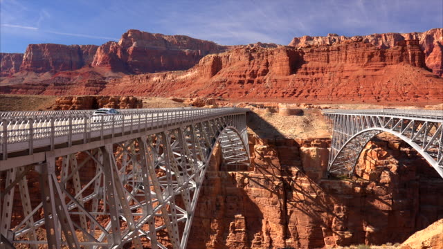 navajo bridge spans marble canyon - felswand stock-videos und b-roll-filmmaterial