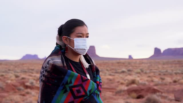 vídeos de stock e filmes b-roll de navajo girl wearing face mask - cultura tribal da américa do norte