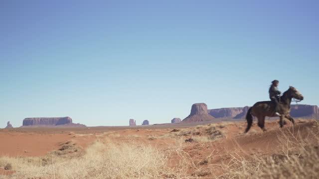 vídeos y material grabado en eventos de stock de navajo niño a caballo en el país de atrás arizona - western usa