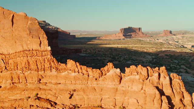 navajo rocks mit mesas beyond - antenne - moab utah stock-videos und b-roll-filmmaterial