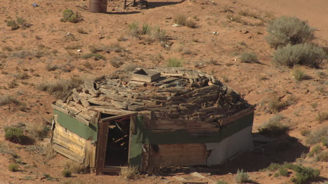 vídeos de stock e filmes b-roll de ms aerial zo navajo sweat lodge in coconino county / arizona, united states - cultura navajo