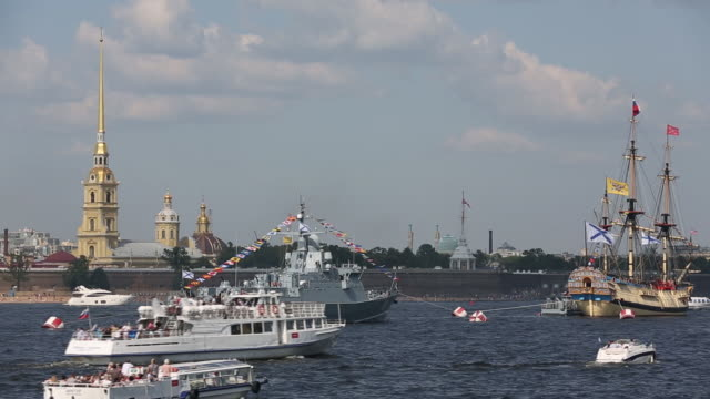 a naval display during russian navy day and an exhibition of armaments and military equipment including a 152mm 2s19 mstas selfpropelled howitzer an... - flugabwehr stock-videos und b-roll-filmmaterial