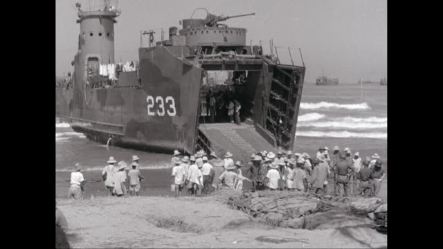 WS US naval landing craft unloading / United States