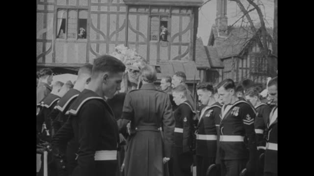 naval officers stand in front of steps at st george's chapel and salute / sailors stand in formation // the cerotaph in london / members of military... - 1952 bildbanksvideor och videomaterial från bakom kulisserna