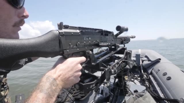 vídeos de stock e filmes b-roll de naval special warfare combatant craft crewmen operating and training in mississippi and san diego - fuzileiro naval
