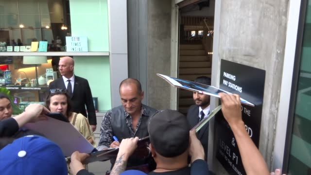 vidéos et rushes de navid negahban greets fans outside the legion season 3 premiere at arclight cinemas in hollywood in celebrity sightings in los angeles, - arclight cinemas hollywood