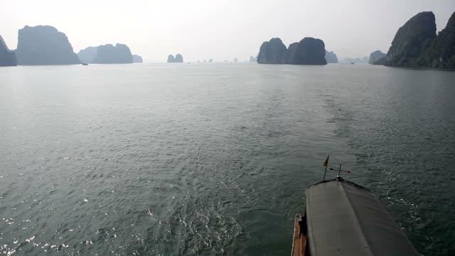 navigation durch die berühmte halong bay in vietnam - dschunke stock-videos und b-roll-filmmaterial