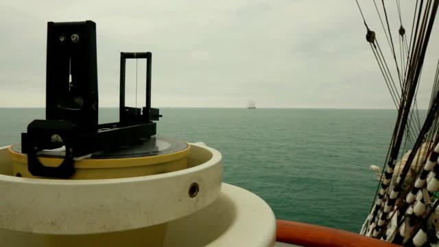 vidéos et rushes de navigation sur un voilier sur le récif en haute-mer - navire à voiles