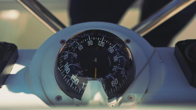 navigation kompass am lenkrad yacht - kompass stock-videos und b-roll-filmmaterial